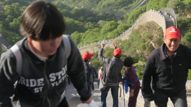 vídeos y material grabado en eventos de stock de tourists are climbing the badaling great wall in beijing, china - badaling