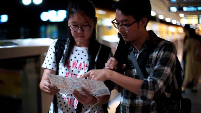 観光客は駅で地図を見ている。 - tourist点の映像素材/bロール