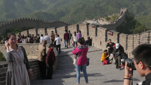 tourists are taking picture at the badaling great wall in beijing, china - badaling great wall stock videos & royalty-free footage