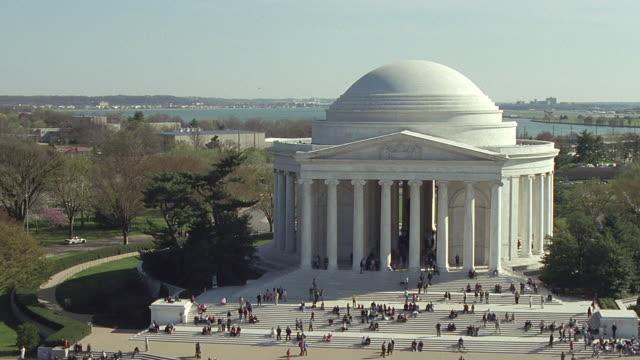aerial ws tourists around jefferson memorial / washington dc, usa - ジェファーソン記念館点の映像素材/bロール
