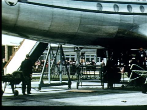 vidéos et rushes de 1947 tourists arrive in ireland at shannon airport - 50 secondes et plus