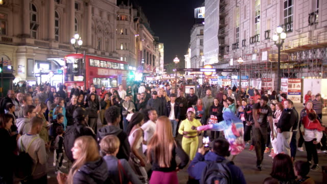 tourists assembling in london piccadilly circus - jugendkultur stock-videos und b-roll-filmmaterial
