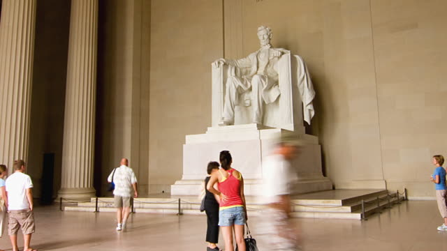 t/l ws tourists at abraham lincoln statue in lincoln memorial, washington d.c. usa - リンカーン記念館点の映像素材/bロール