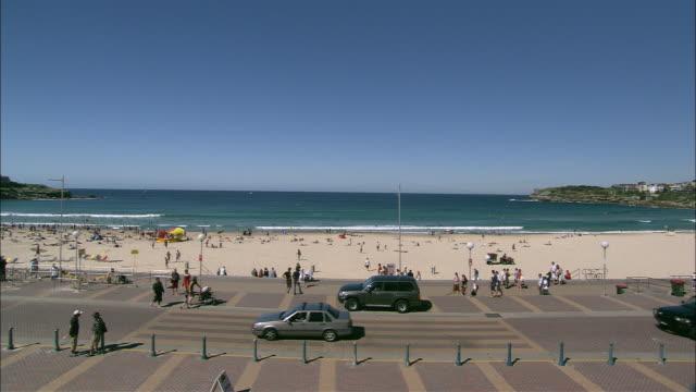 vídeos de stock, filmes e b-roll de ws ha tourists at bondi beach under blue sky, sydney, new south wales, australia - praia de bondi