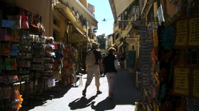 ms tourists at chania alleys / greece - 少於10秒 個影片檔及 b 捲影像