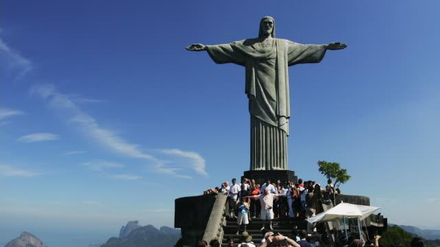 vidéos et rushes de t/l, ws, tourists at christ the redeemer statue, rio de janeiro, brazil - corcovado