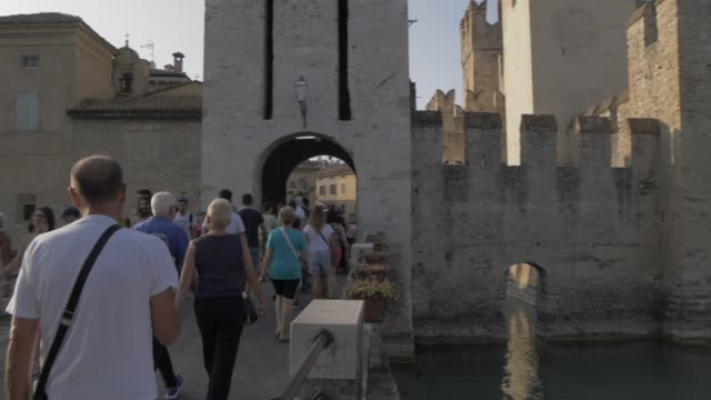 vidéos et rushes de tourists at entrance to scaliger castle, sirmione, lake garda, lombardy, italy, europe - château