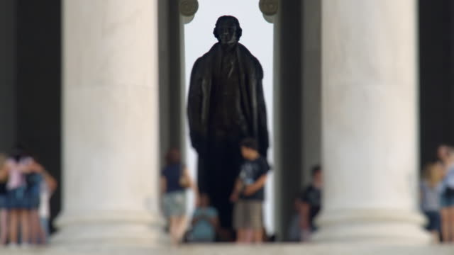 t/l ws selective focus tourists at jefferson memorial / washington, dc, usa - statue stock-videos und b-roll-filmmaterial