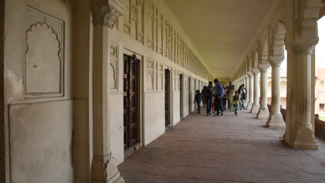 tourists at red fort, agra, india. - agra video stock e b–roll