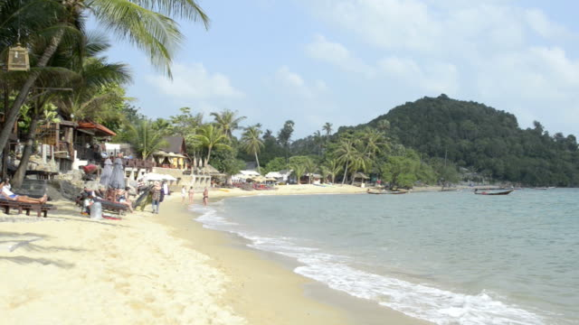 tourists at sandy bo phut beach - insel ko samui stock-videos und b-roll-filmmaterial