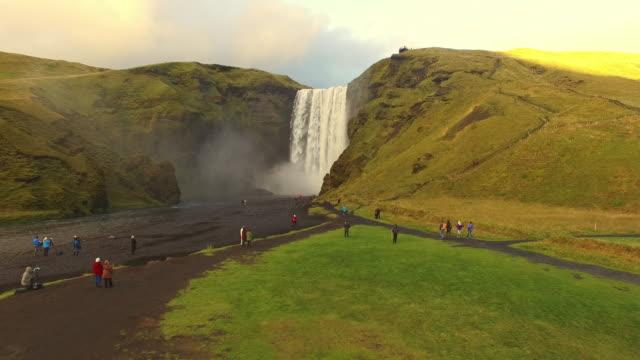 Touristes aériens chutes Skogafoss en Islande