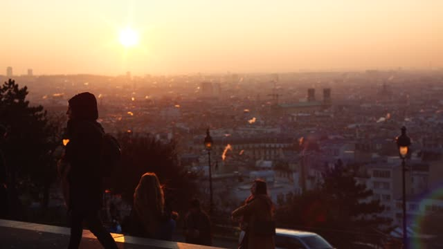 vídeos de stock e filmes b-roll de tourists at sunrise in montmartre over paris rooftop france - vista geral