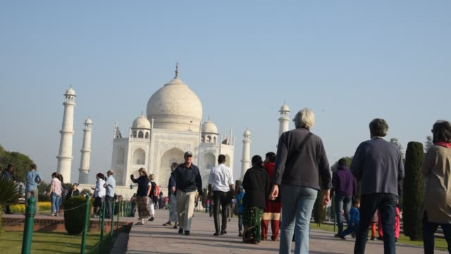 vidéos et rushes de tourists at taj mahal, unesco world heritage site, agra, india. - unesco