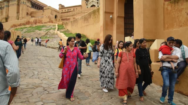 tourists at the amer fort, jaipur,  unesco world heritage site. india. - sari stock videos and b-roll footage
