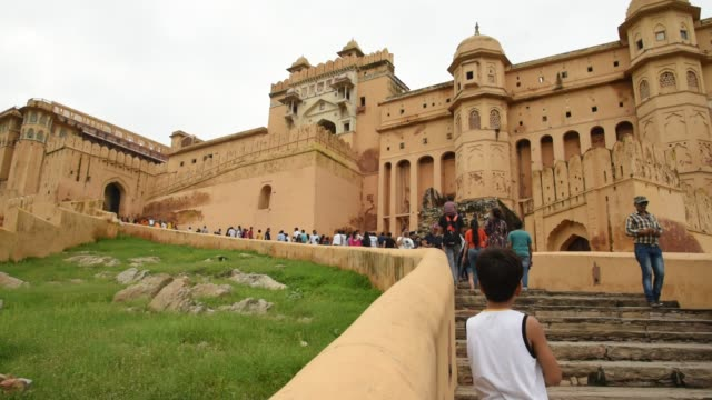 tourists at the amer fort, jaipur,  unesco world heritage site. india. - kunst, kultur und unterhaltung stock-videos und b-roll-filmmaterial