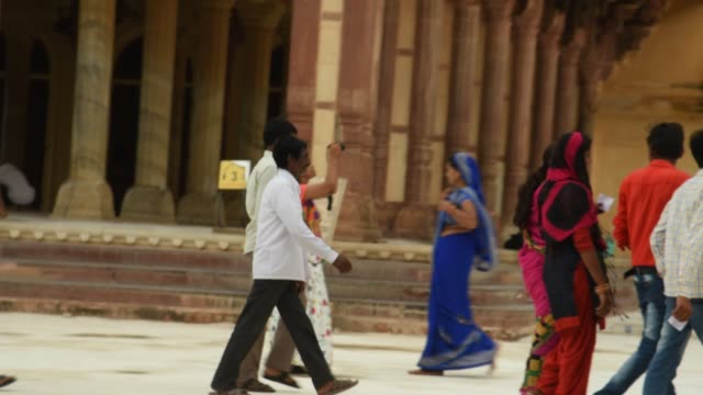 tourists at the amer fort, jaipur,  unesco world heritage site. india. - sari stock videos & royalty-free footage