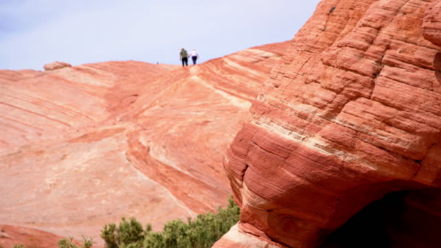 ws-touristen in den canyonlands national park - canyon stock-videos und b-roll-filmmaterial