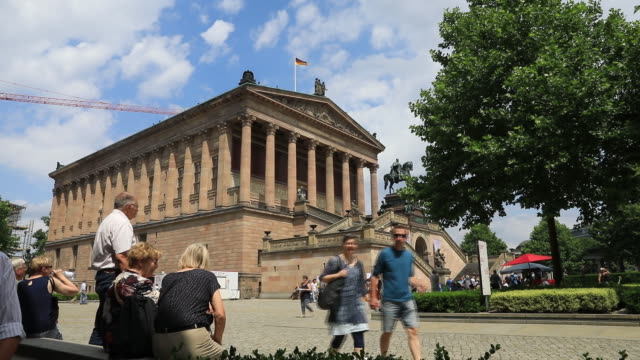 vídeos y material grabado en eventos de stock de tourists at the museum island visit the garden of the pergamon museum and alte nationalgalerie in berlin on sunday june 17 2018 - neoclásico