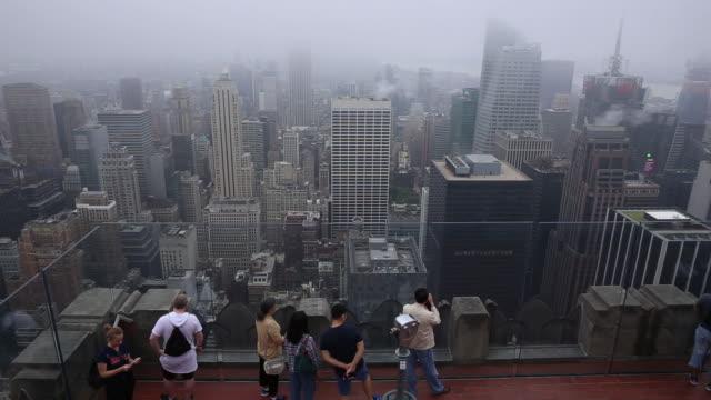 vídeos de stock, filmes e b-roll de tourists at the observation deck at rockefeller center in new york on wednesday may 30 2018 - ponto de observação