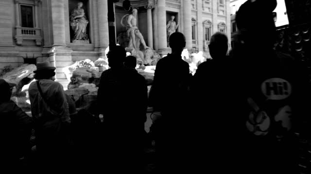 vídeos de stock e filmes b-roll de tourists at trevi fountain, rome, italy - estátua