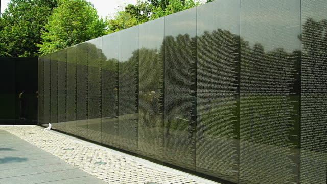 t/l ms tourists at vietnam veterans memorial, washington d.c. usa - vietnam veterans memorial video stock e b–roll