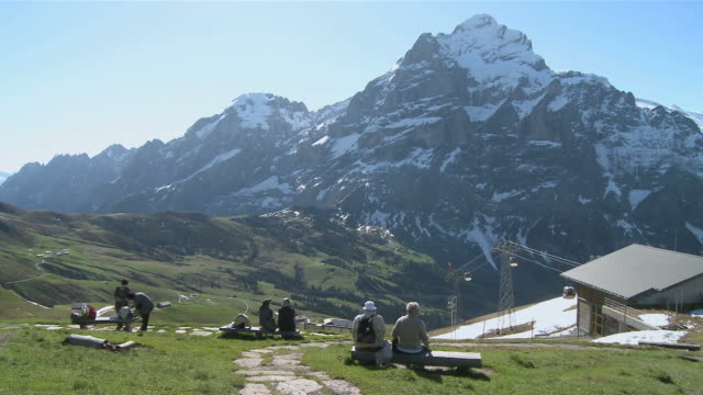 ws tourists at wetterhorn mountain / grindelwald, bernese alps, switzerland - bernese alps stock videos & royalty-free footage
