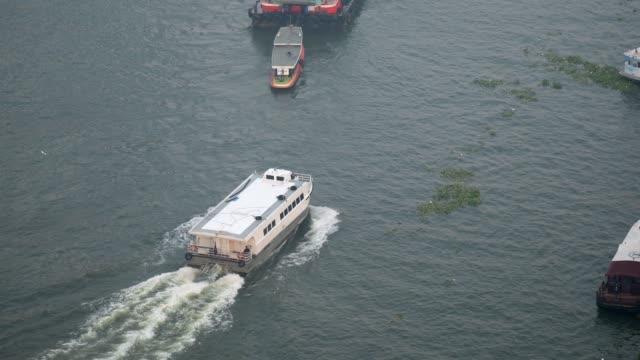 touristen boot chao phraya river in bangkok, thailand - chao phraya delta stock-videos und b-roll-filmmaterial