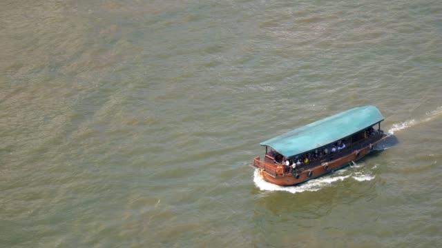 touristen boot chao phraya fluss bangkok - chao phraya delta stock-videos und b-roll-filmmaterial