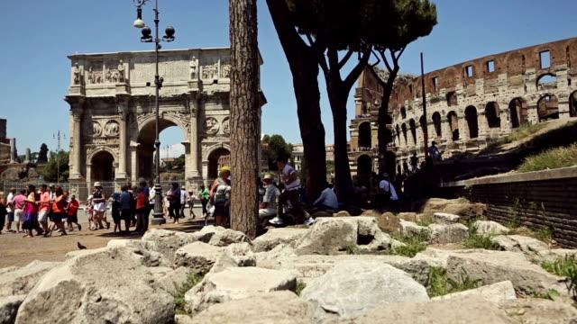 vídeos de stock, filmes e b-roll de tourists by the coliseum of rome - grupo pequeno de animais