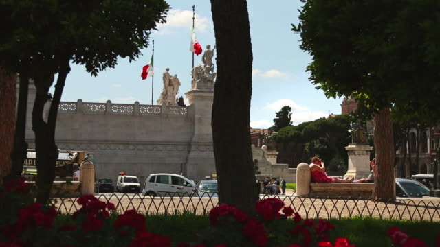 tourists by vittorio emanuele monument in rome - altare della patria stock videos and b-roll footage