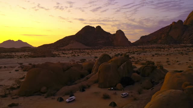 ws tourists camping at rocks in desert at sunset, spitzkoppe, namibia, africa - wilderness stock videos & royalty-free footage