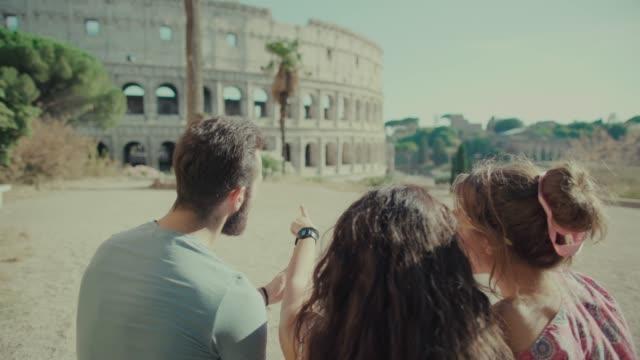 touristen, die denkmäler von rom auf handy prüfen - zeigen stock-videos und b-roll-filmmaterial