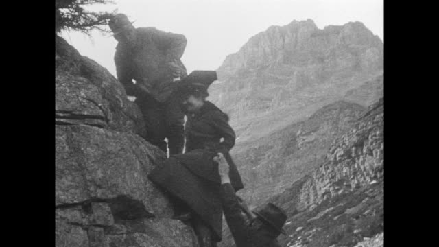 vídeos de stock, filmes e b-roll de tourists climb moutainside, women are helped up side of mountain, views from top, man falls thorugh ice on glacier. - glacier national park us