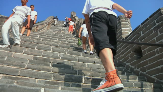 ws la tourists climbing up steep of great wall of china at badaling / beijing, china - badaling great wall stock videos & royalty-free footage