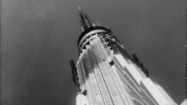 tourists crowd the empire state building's observation deck. - empire state building stock videos & royalty-free footage