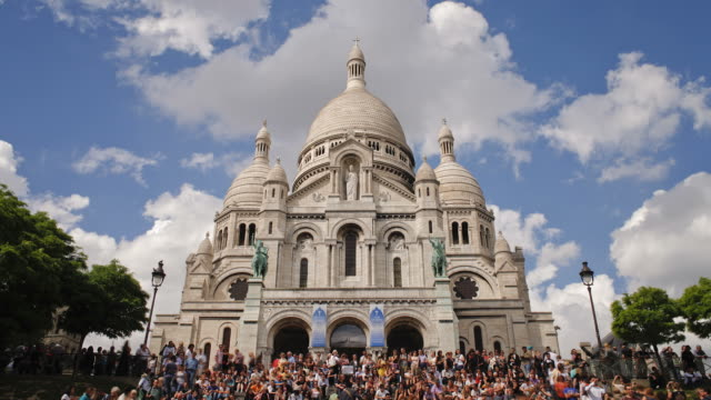 tourists crowd the steps of the basilique du sacre-coeur in paris. - basilique du sacre coeur montmartre stock videos & royalty-free footage