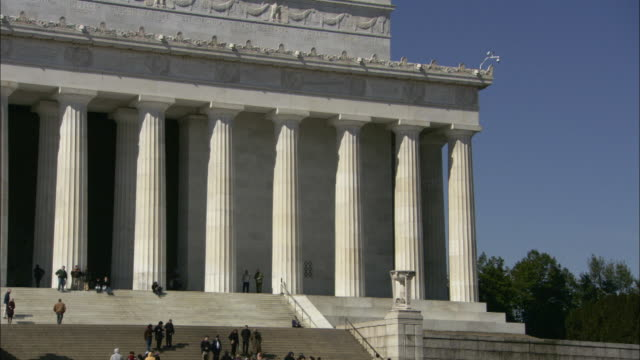 tourists descend the steps of lincoln memorial in washington, d.c. - lincolndenkmal stock-videos und b-roll-filmmaterial