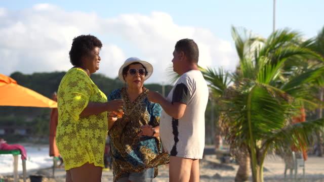 touristen trinken bier am strand - dicke frauen am strand stock-videos und b-roll-filmmaterial