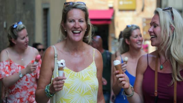 vídeos y material grabado en eventos de stock de turistas comiendo helado - despedida de soltera