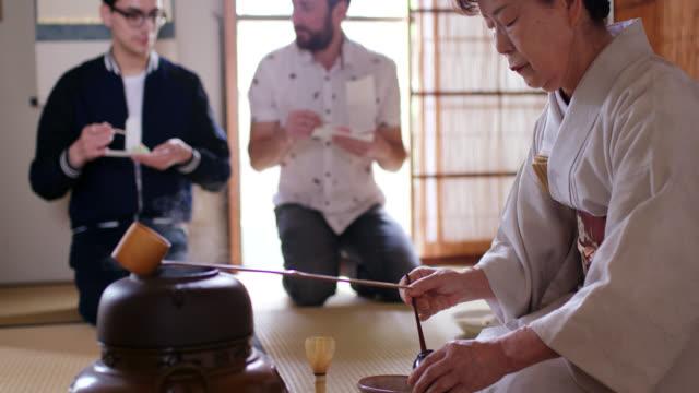 vídeos y material grabado en eventos de stock de los turistas que disfrutan de una ceremonia tradicional del té japonés - sado