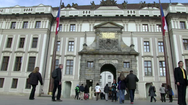 vídeos de stock, filmes e b-roll de ms tourists enter into prague castle / prague, hlavni mesto praha, czech republic - hradcany castle