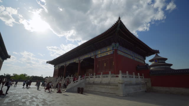 vidéos et rushes de tourists entering historic temple of heaven structure - beijing, china - temple du ciel