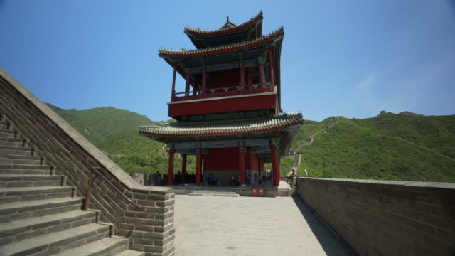 tourists exploring historic juyong pass building against blue sky - beijing, china - pagoda点の映像素材/bロール