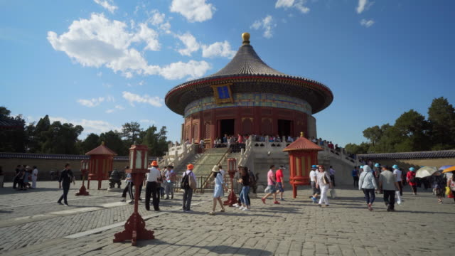 vidéos et rushes de tourists exploring traditional at imperial vault of heaven building - beijing, china - temple du ciel