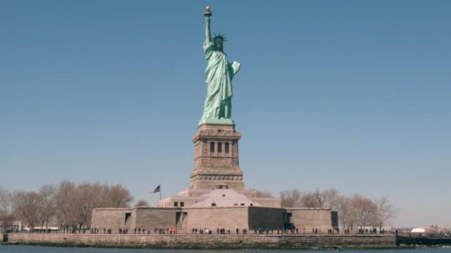 ws tourists gather at the statue of liberty / new york, united states - 自由の女神点の映像素材/bロール