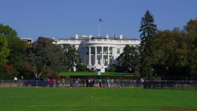 vidéos et rushes de tourists gather near the south lawn of the white house in washington, dc. - la maison blanche
