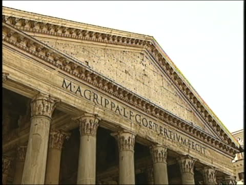 vídeos de stock e filmes b-roll de tourists gather next to the columns of the ancient pantheon in rome. - frontão triangular