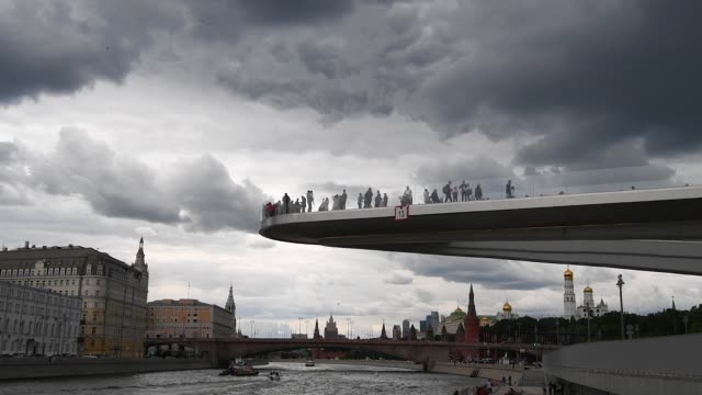 tourists gather on the viewing platform at zaryadye park in moscow on june 07 2018 in moscow russia - river moscva stock videos & royalty-free footage