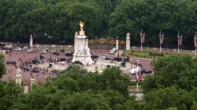 WS Tourists gathering around Victoria Memorial near Buckingham Palace, Westminster / London, England, United Kingdom
