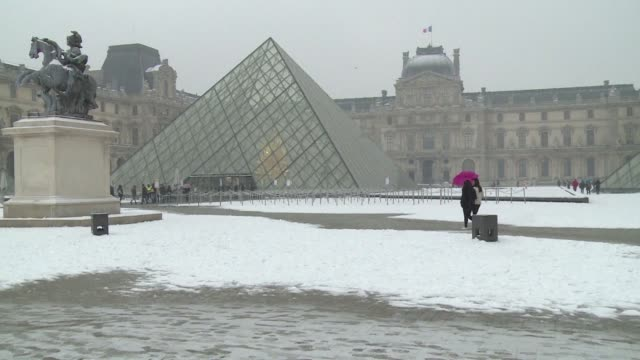 Tourists have been enjoying the first snowfall in Paris this winter as a light blanket covered the city of light this morning